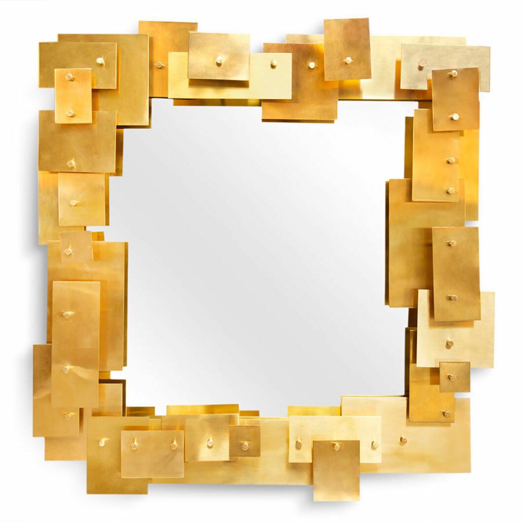 Spegel med guldiga detaljer.