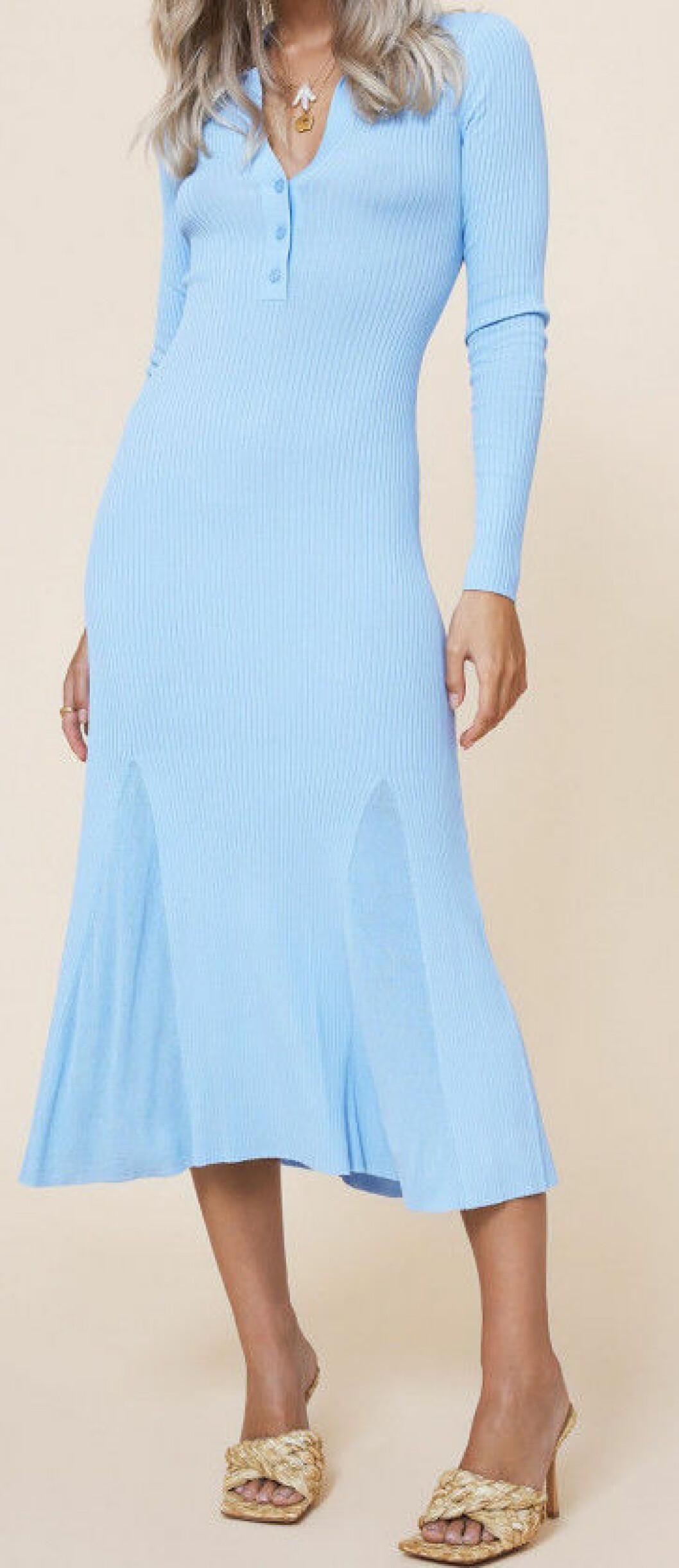 Ljusblå figurnära klänning från Adoore.