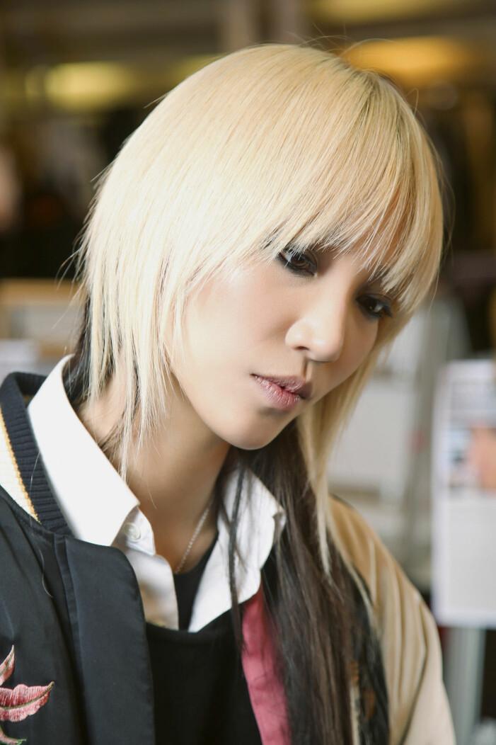 blont hår med gula toner