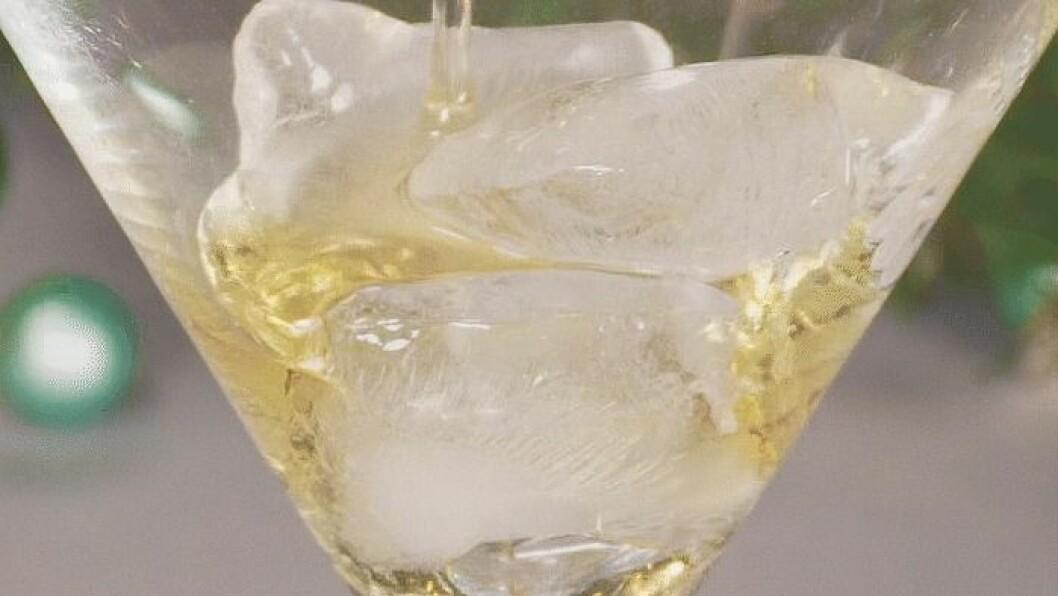 Närbild på agavesirap som hälls i glas på drinken Glöggtini.