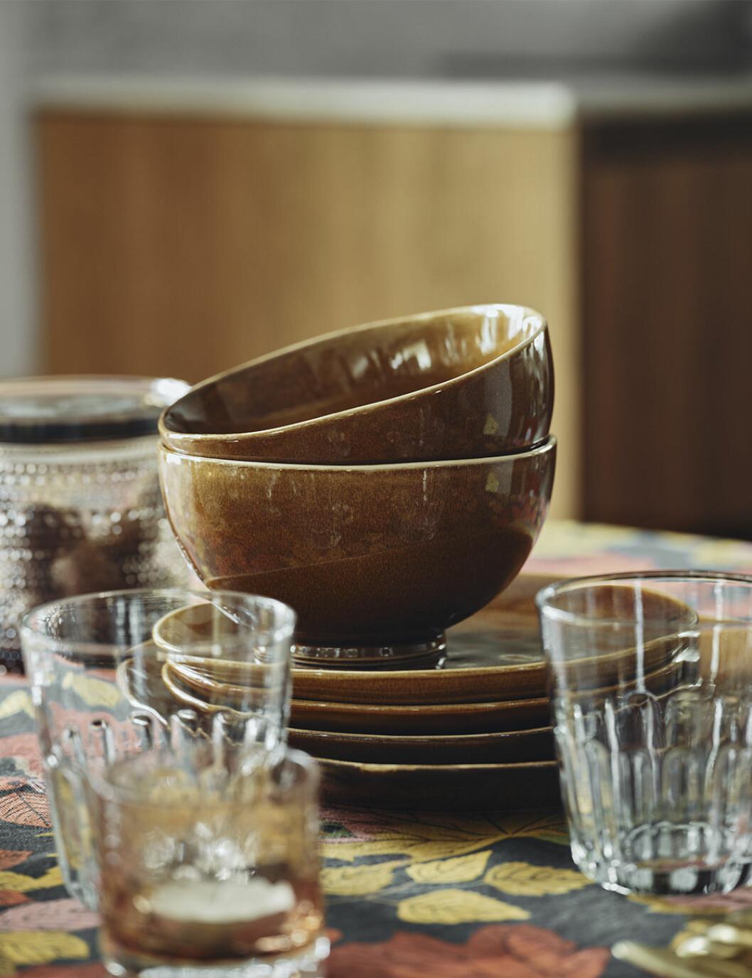 kärl i brun keramik från åhléns