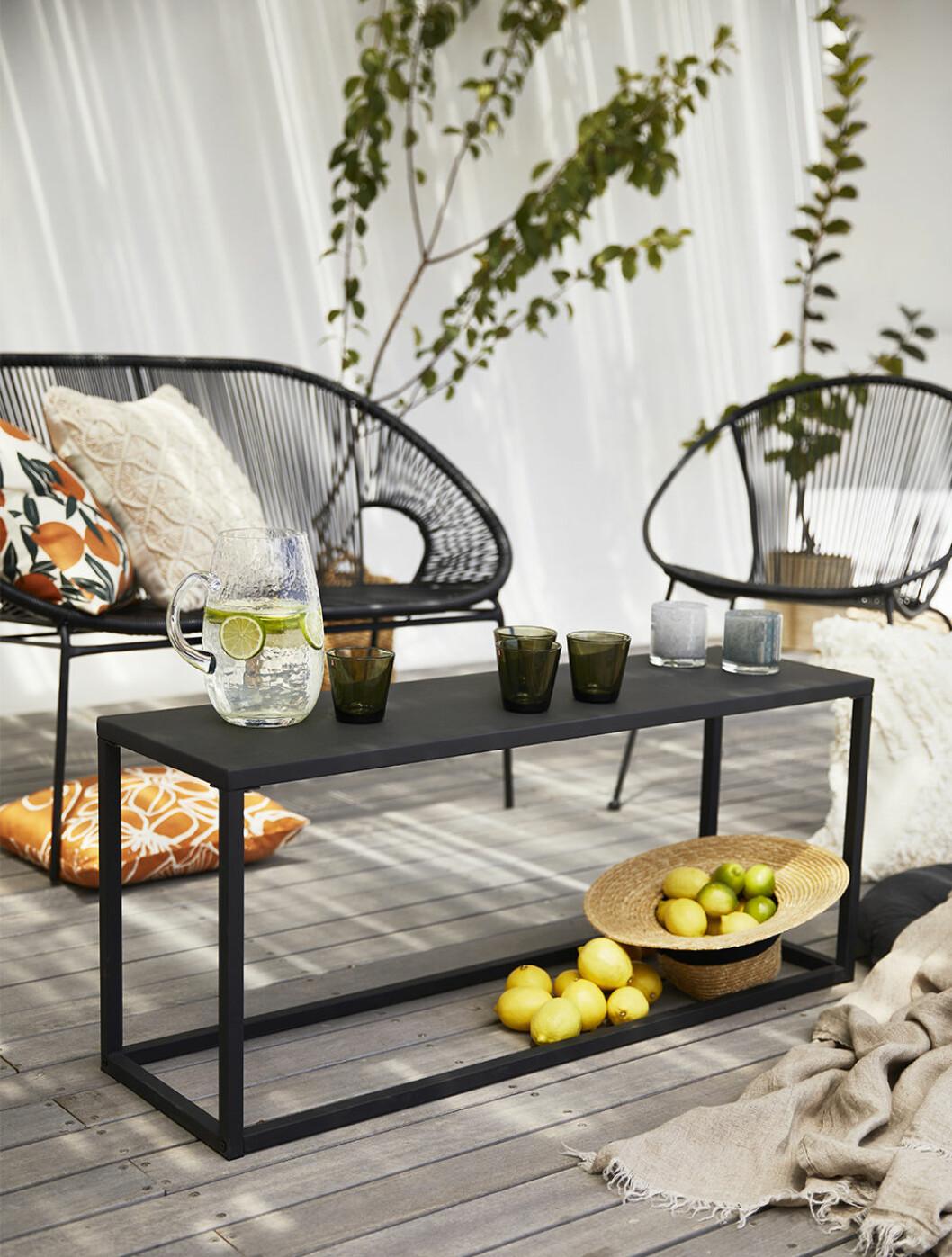 Bänk och soffa från Åhléns kollektion för uteplatsen 2020