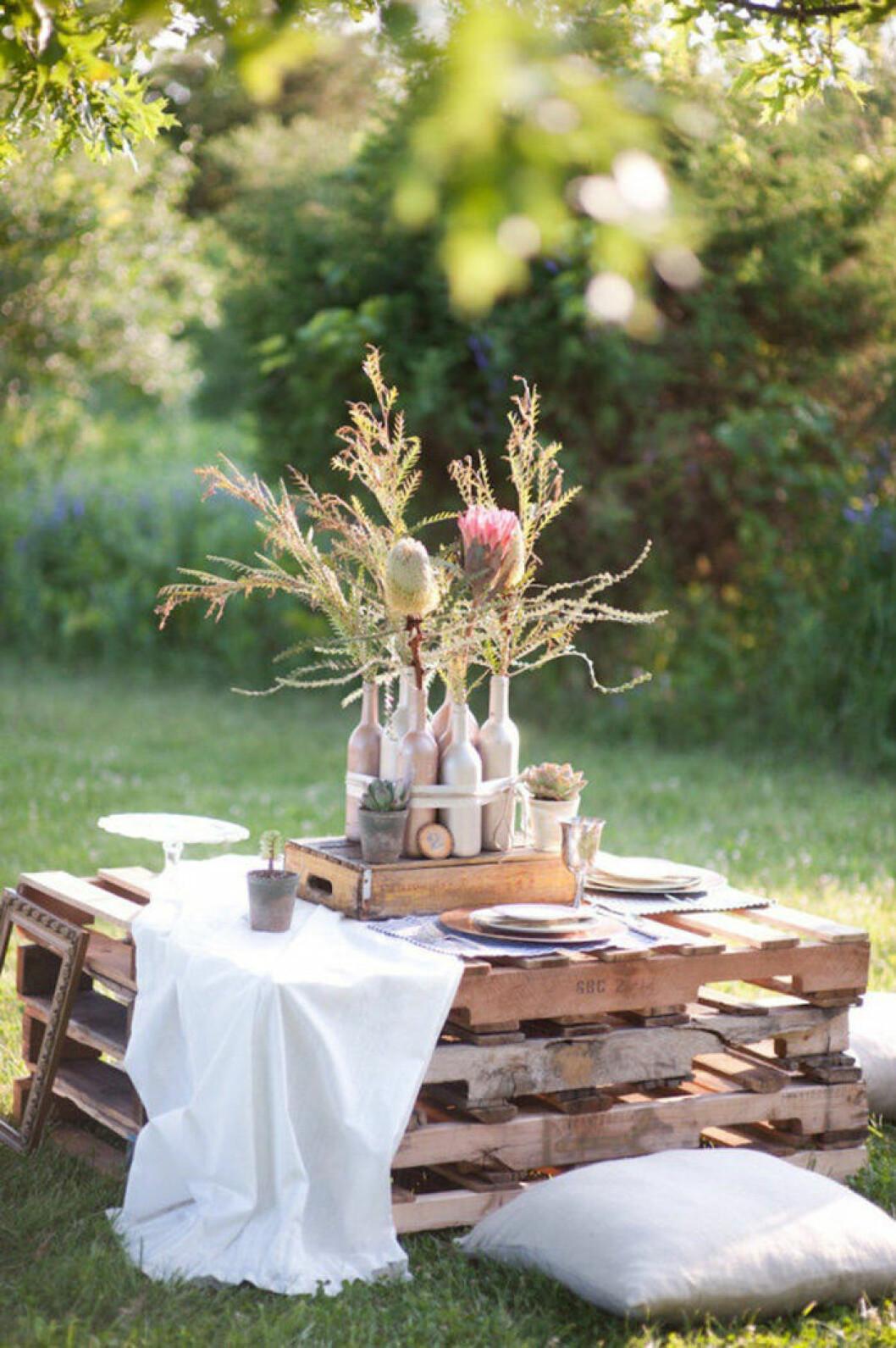 Använd lastpallar som bord utomhus