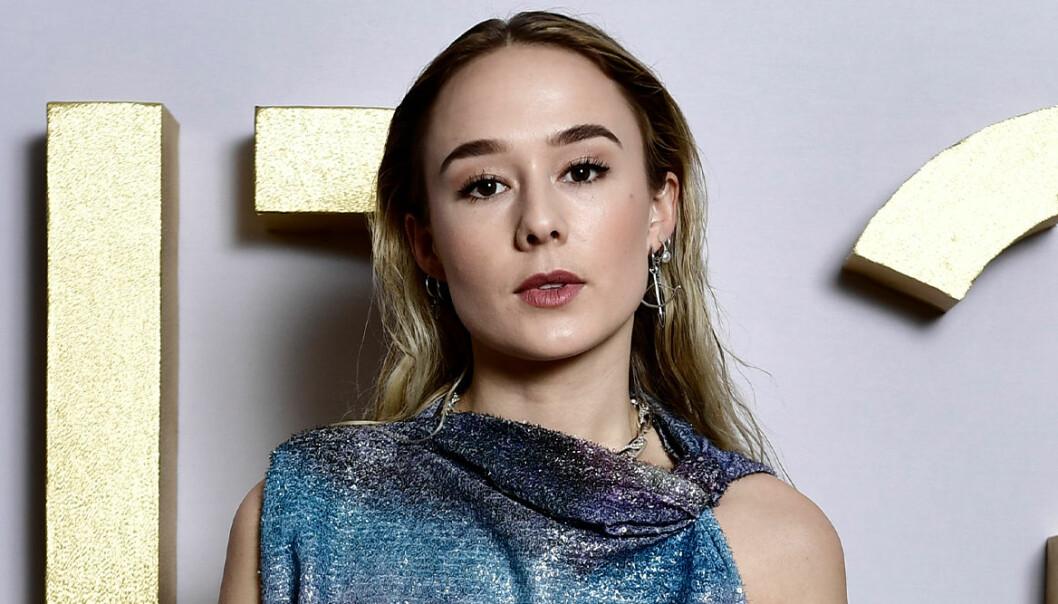 Alba August uppklädd i glitter på 2021 års P3-guldgala.