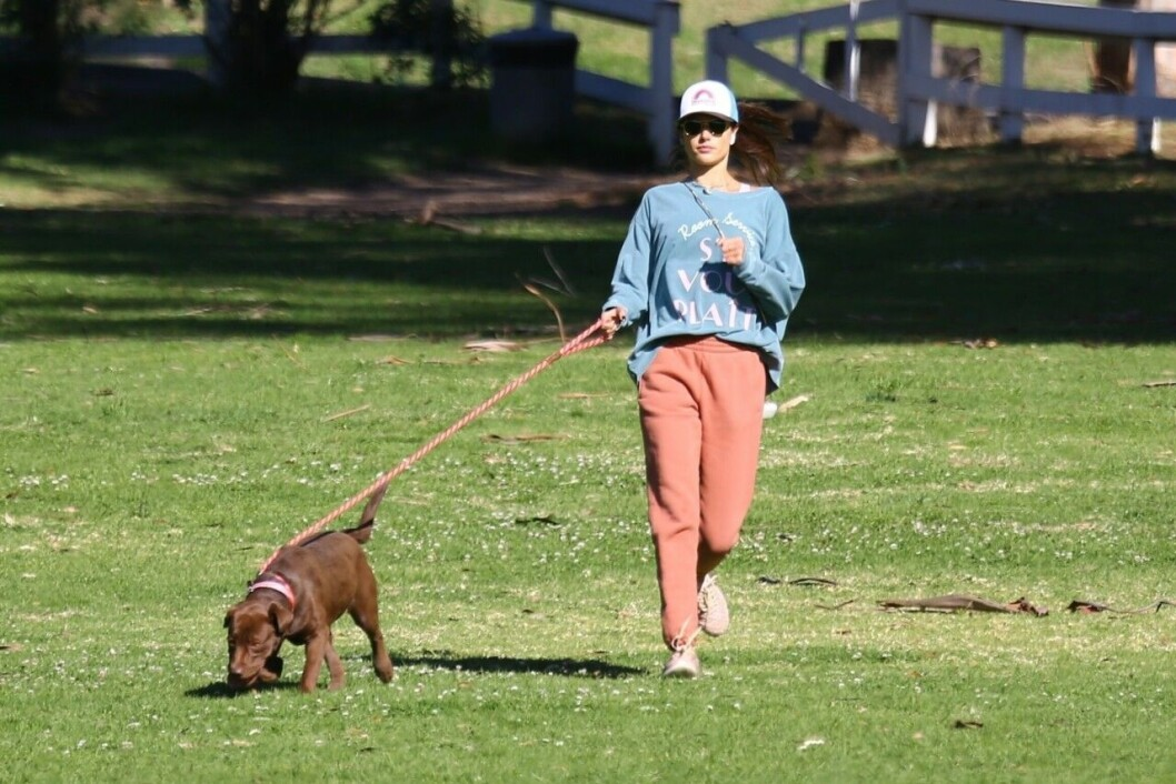 Alessandra Ambrosio med hunden Cinnamon