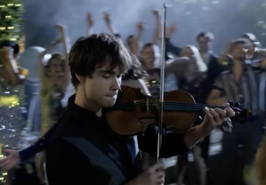 Alexander Rybak spelar fiol