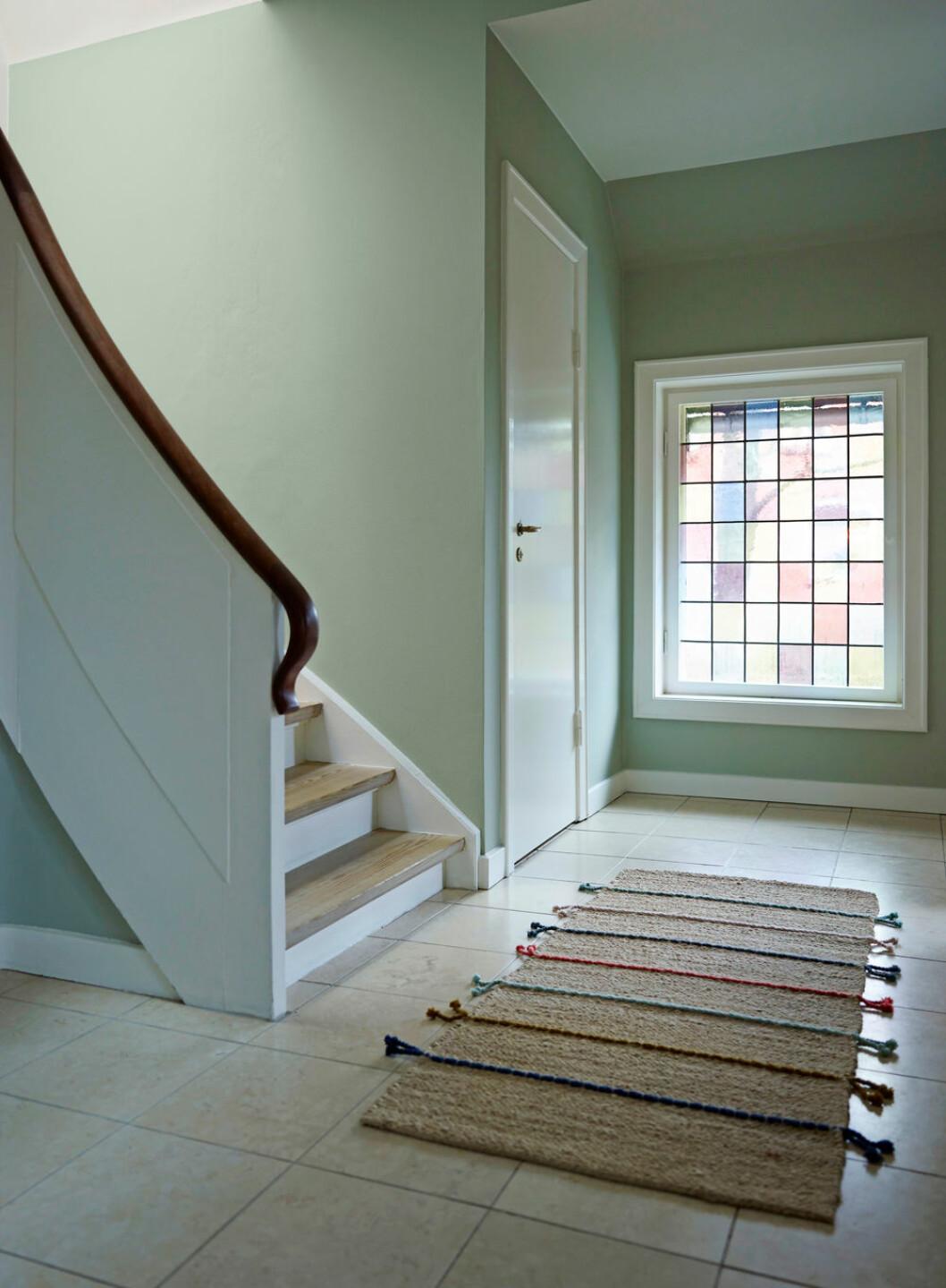 Hemma hos Alice Folker trappa i hallen