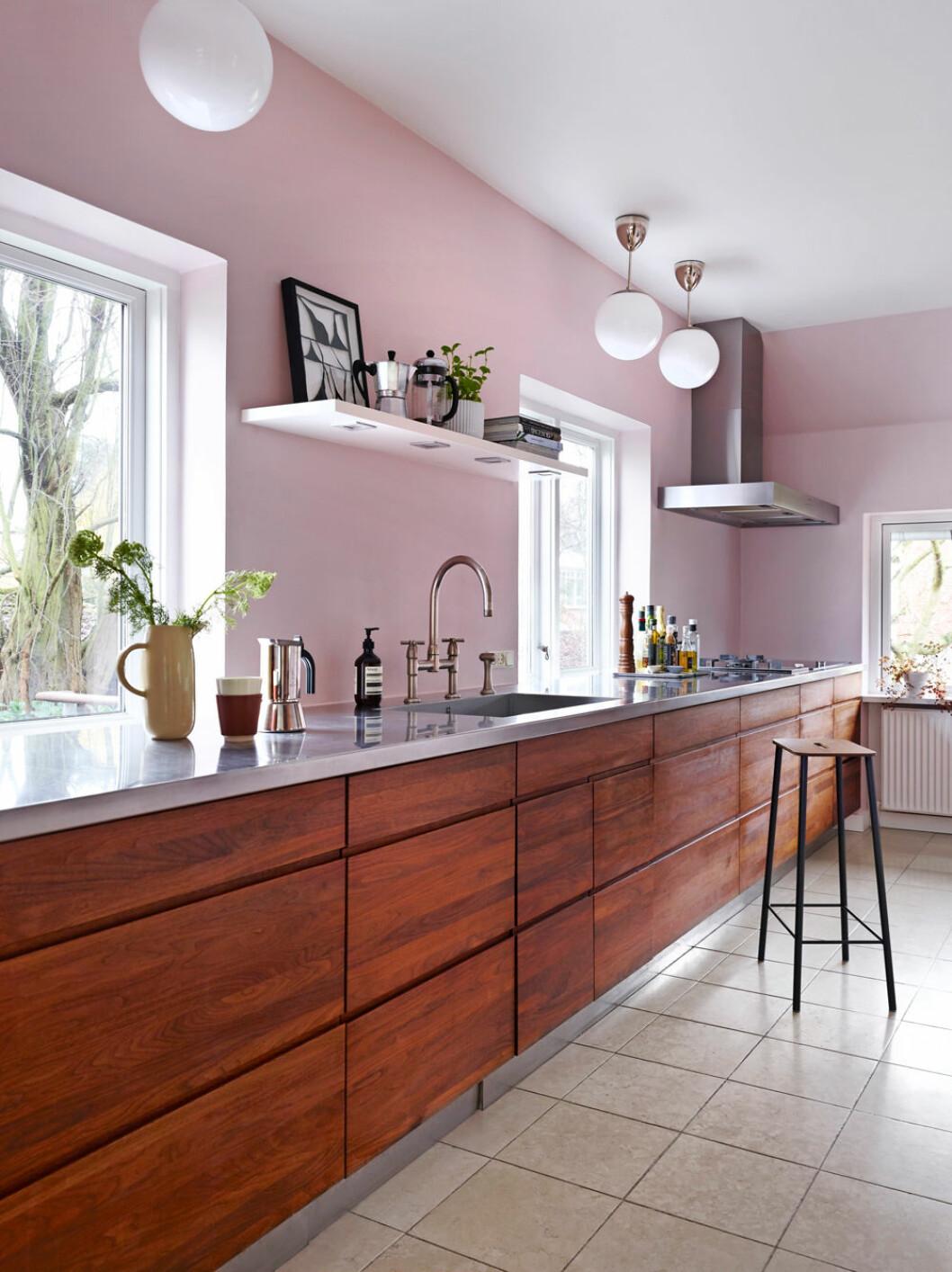 Hemma hos Alice Folker kök rosa väggar