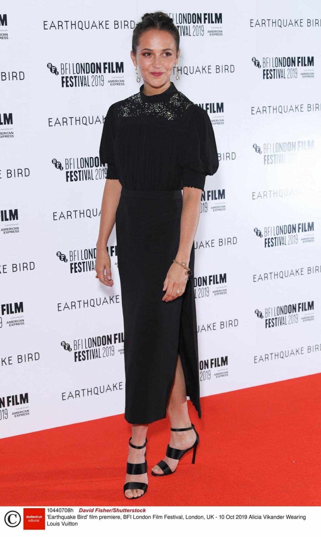 Alicia Vikander i svart klänning på röda mattan