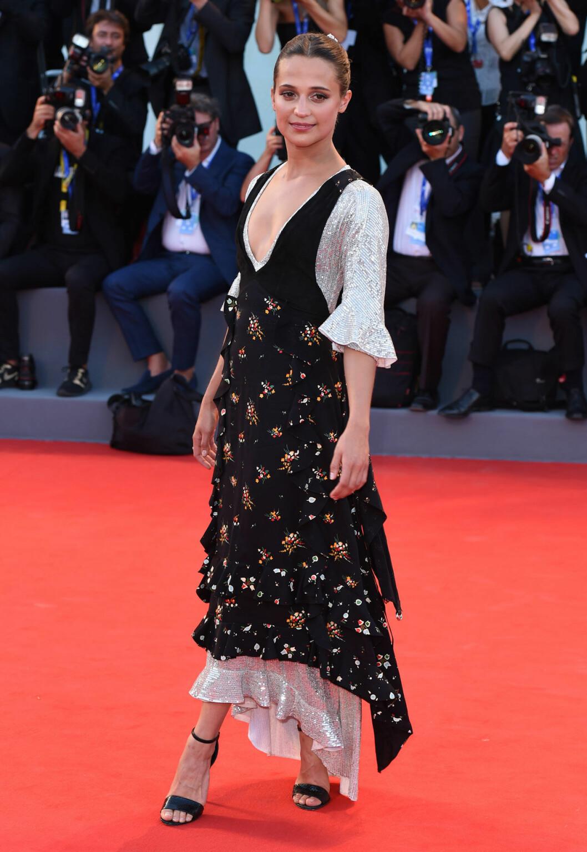 Alicia Vikander i klänning på röda mattan