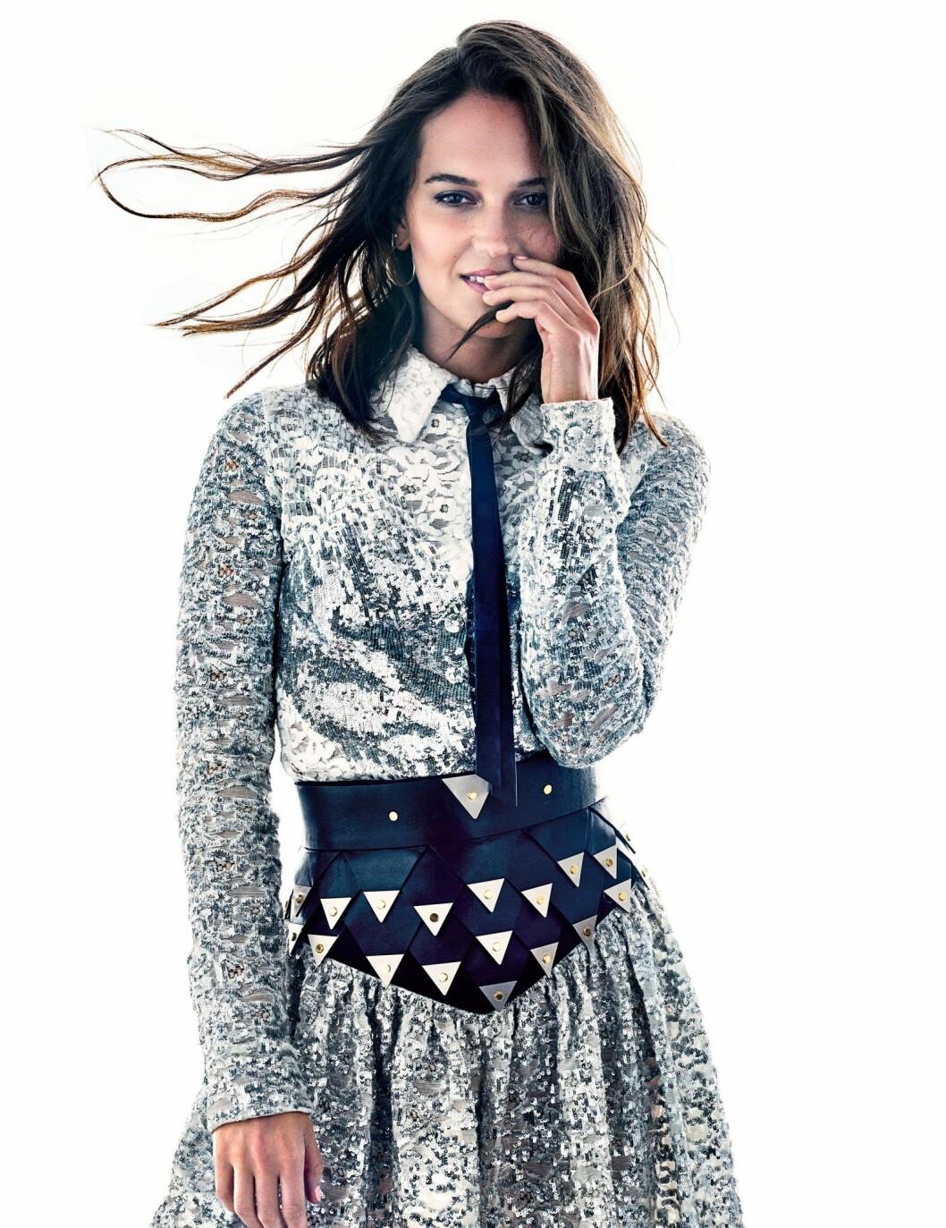 Alicia Vikander i mönstrad skjorta och kjol från Louis Vuitton