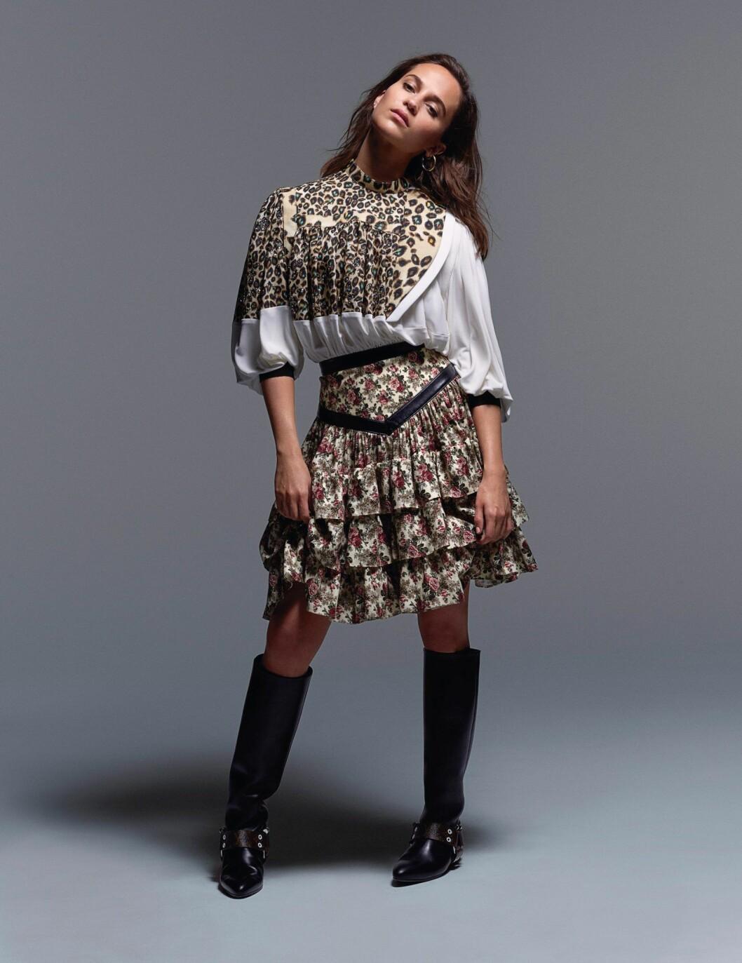 Alicia Vikander i mönstrad blus och kjol från Louis Vuitton