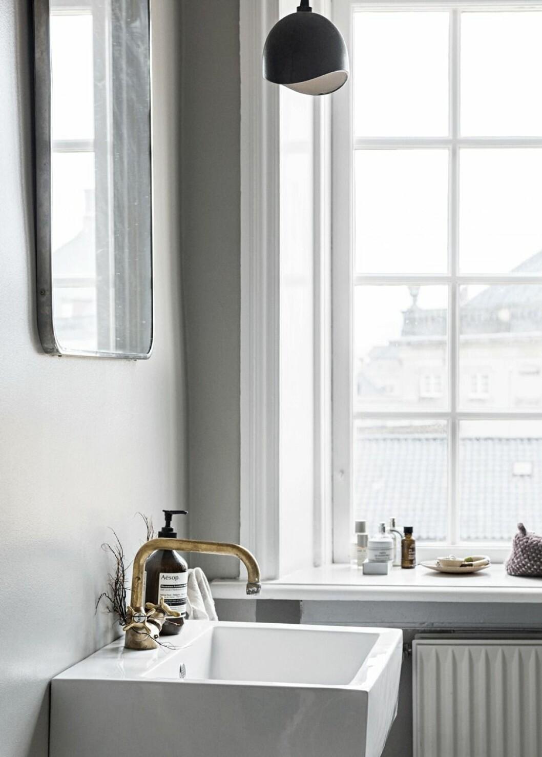 Ljusmålat badrum med utsikt över Köpenhamns hustak