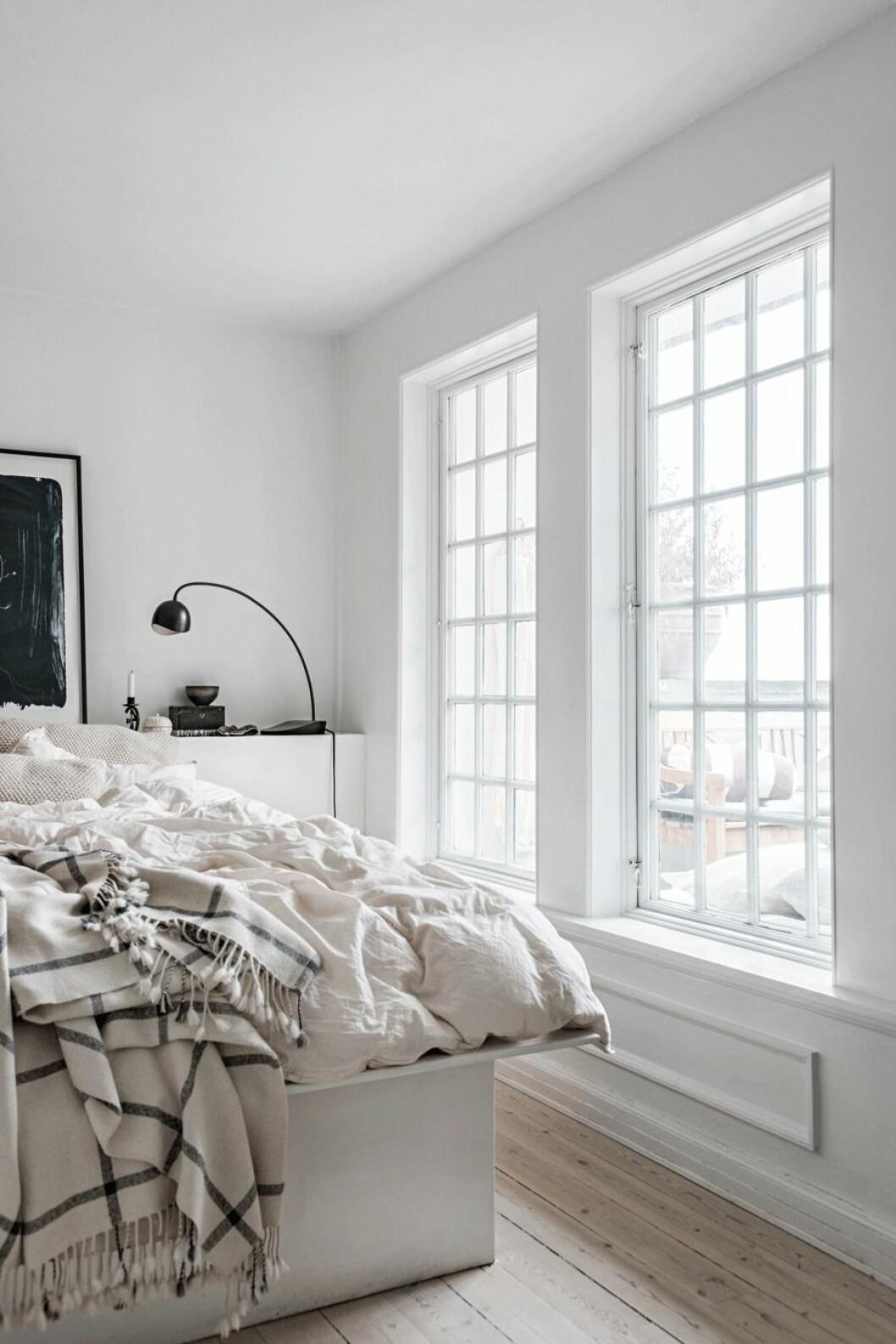 Sovrum med ljus, vit interiör