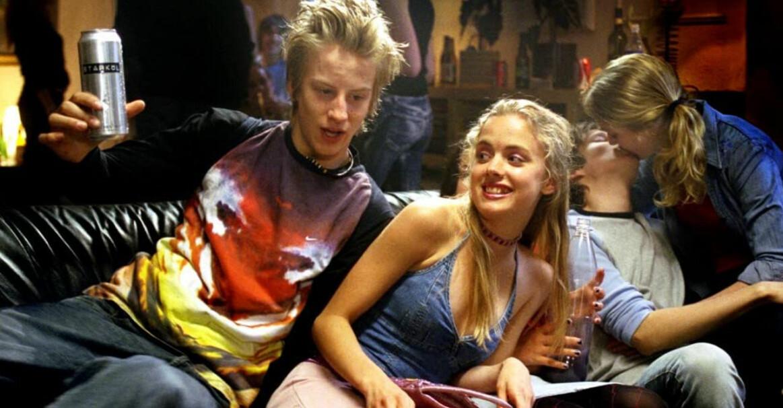 Filip Berg som karaktären Sebbe som blir kär i Sofie som spelas av Amanda Renberg, i filmen Hip hip hora! som hade premiär 2004.