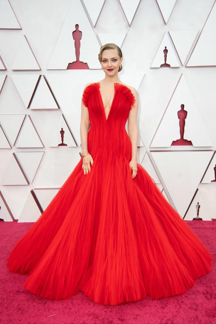 Amanda Seyfried på röda mattan på Oscarsgalan 2021