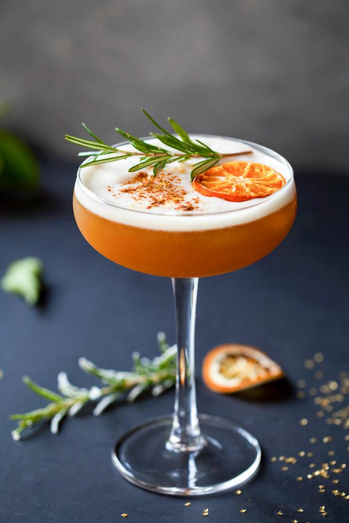 amaretto sour i cocktailglas