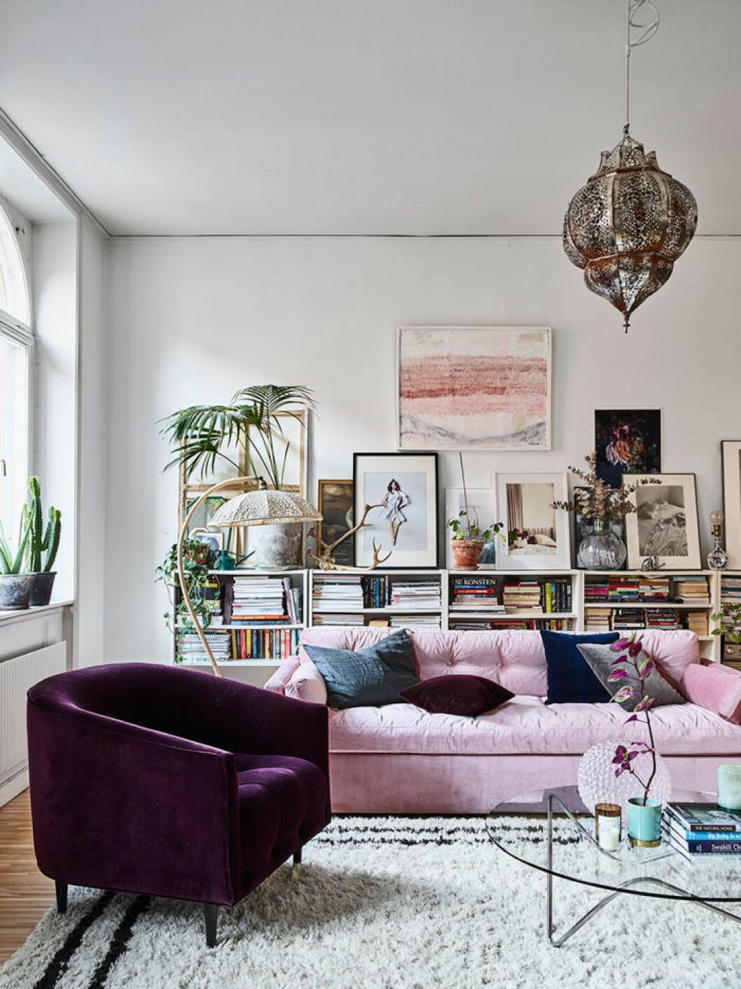 Hemma hos Amelia Widell - vardagsrum med sammetsmöbler
