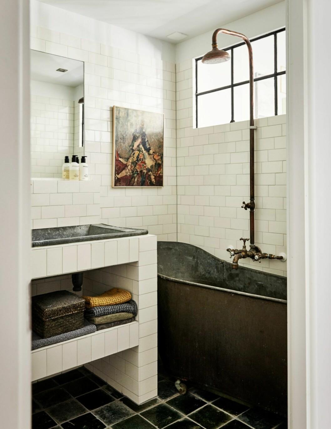 Vitt marmorsbadrum i hemmet i Amsterdam.