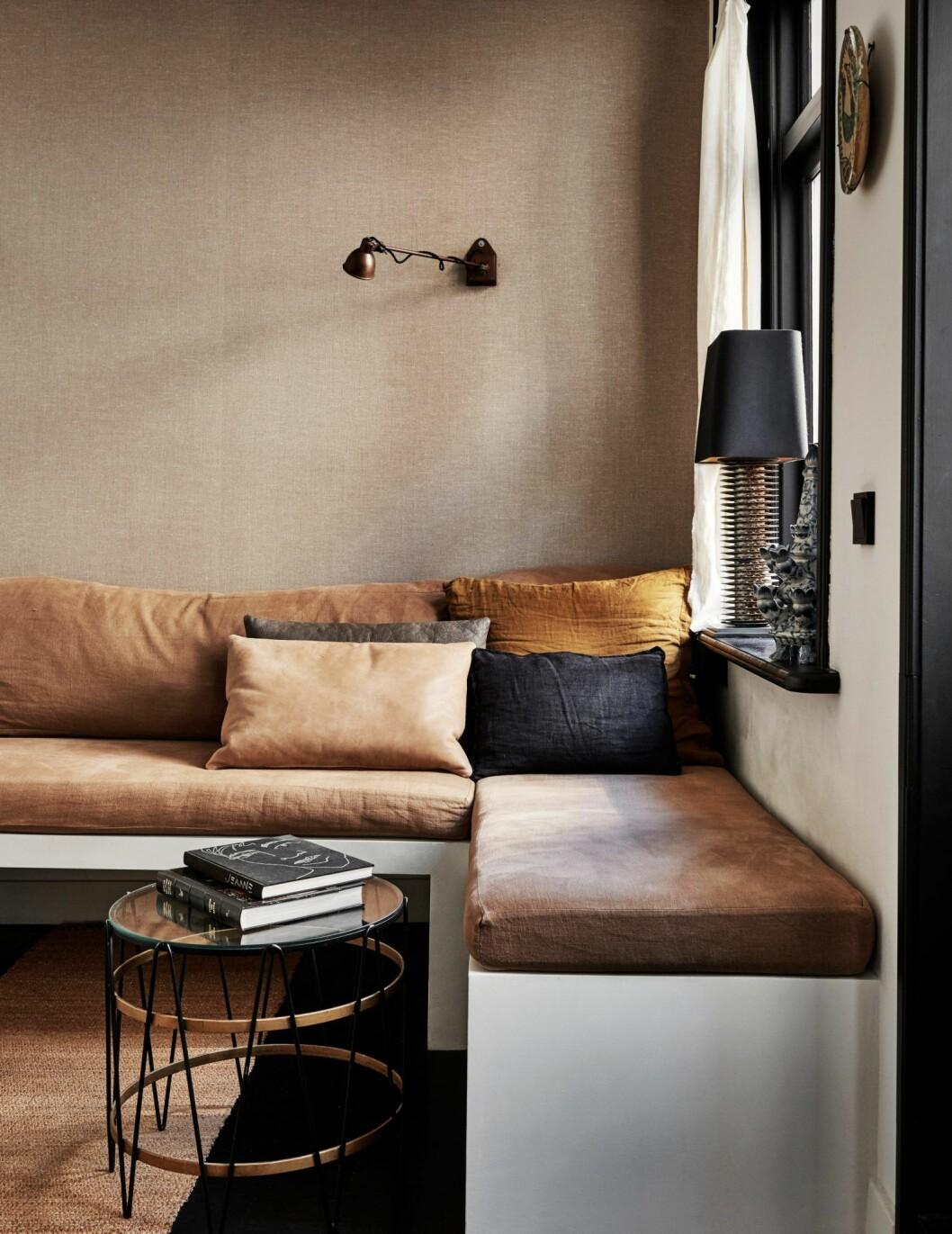 Hörnsoffa i bruna toner i hemmet i Amsterdam.