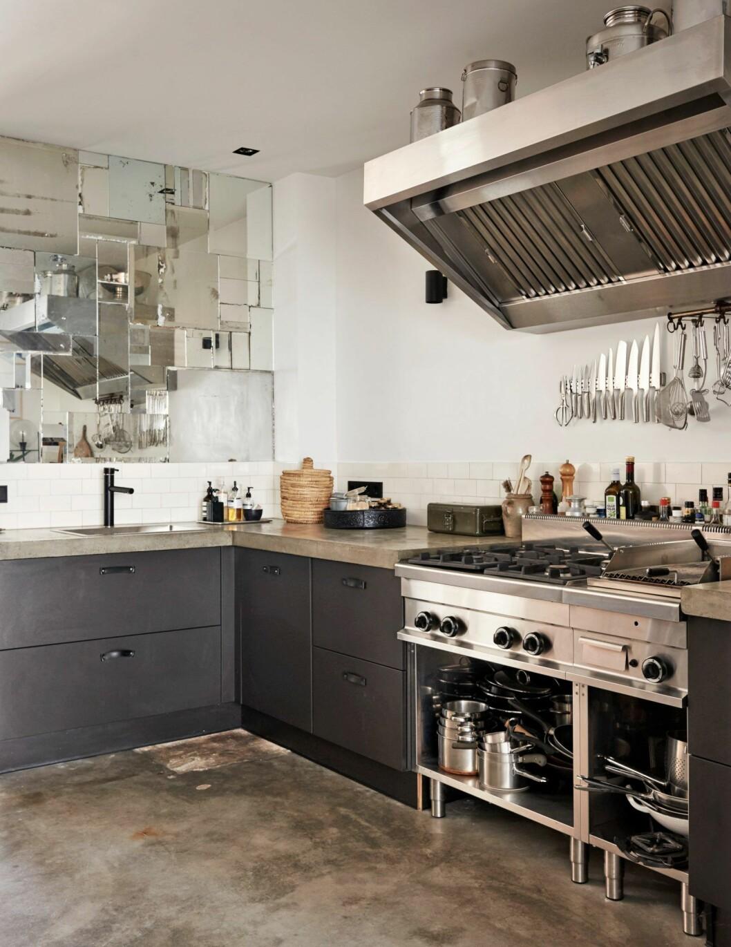 Kök med detaljer i svart och rostfritt stål i hemmet i Amsterdam.