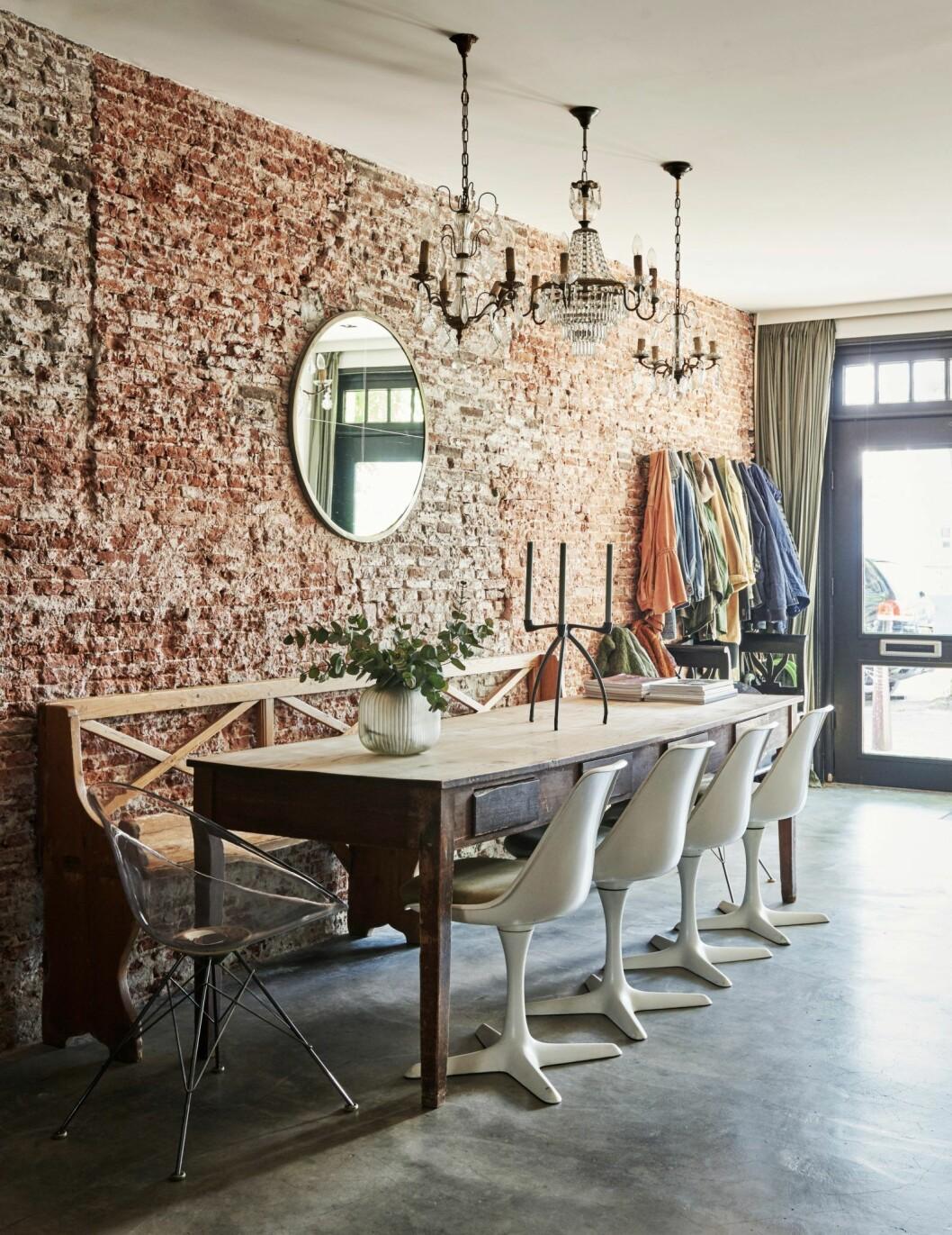 Matplats med tegelvägg i hemmet i Amsterdam.