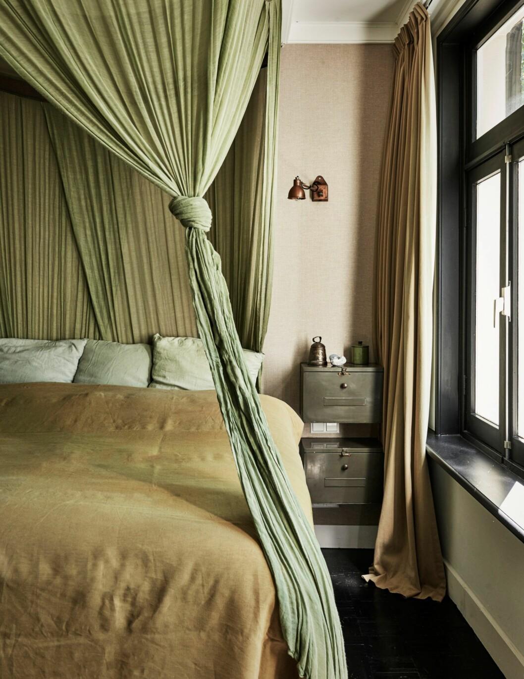 Sovrum i gröna toner i hemmet i Amsterdam.