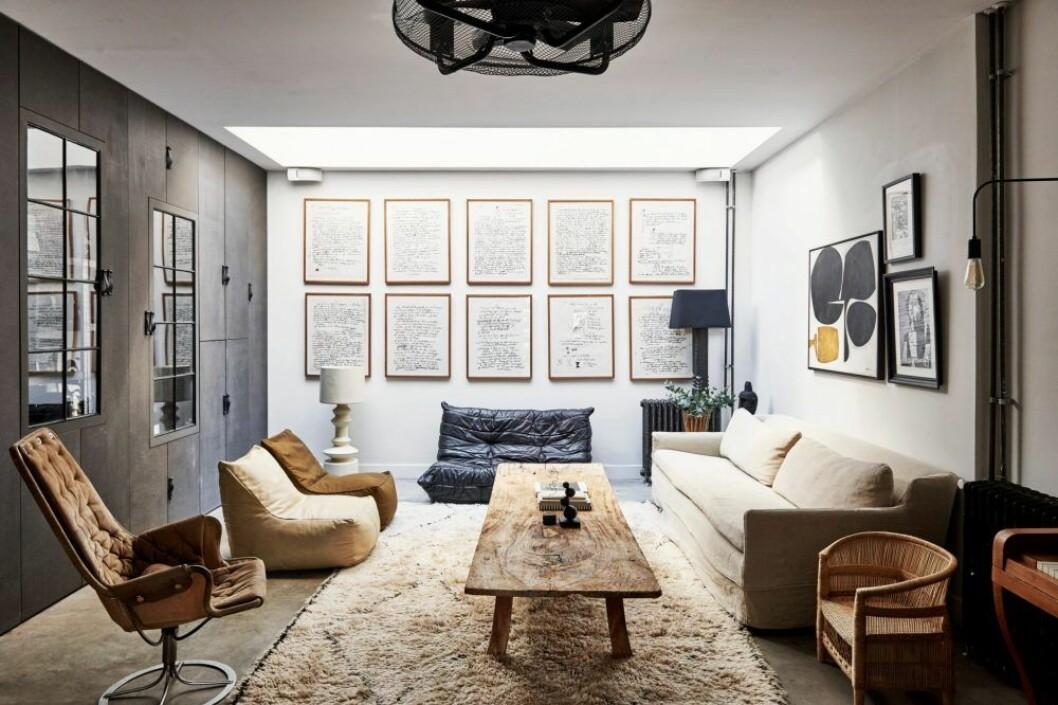 Vardagsrum i dova toner i hemmet i Amsterdam.