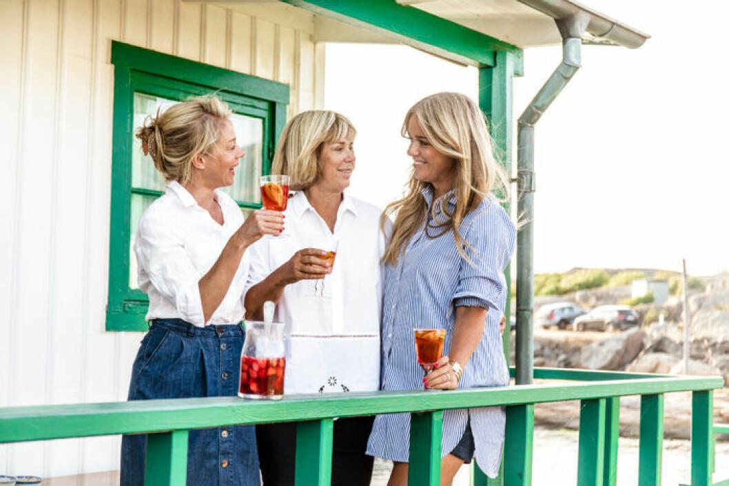 Amy, Helen och Ebba von Sydow har kul när de lagar mat tillsammans.