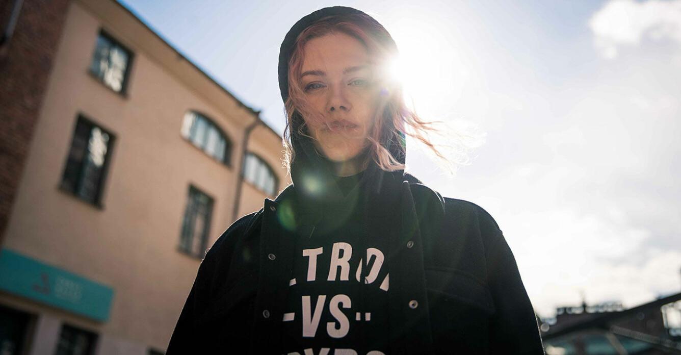 Ana Diaz tittar in i kameran och solen lyser bakom henne.