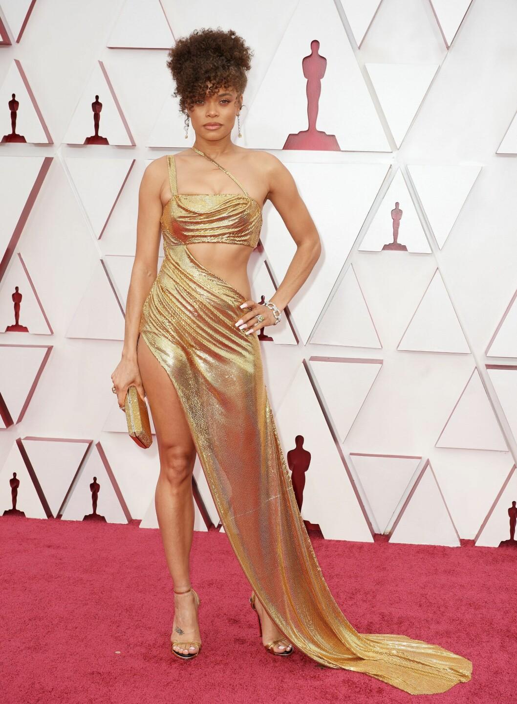 Andra Day med en guldig klänning av metall