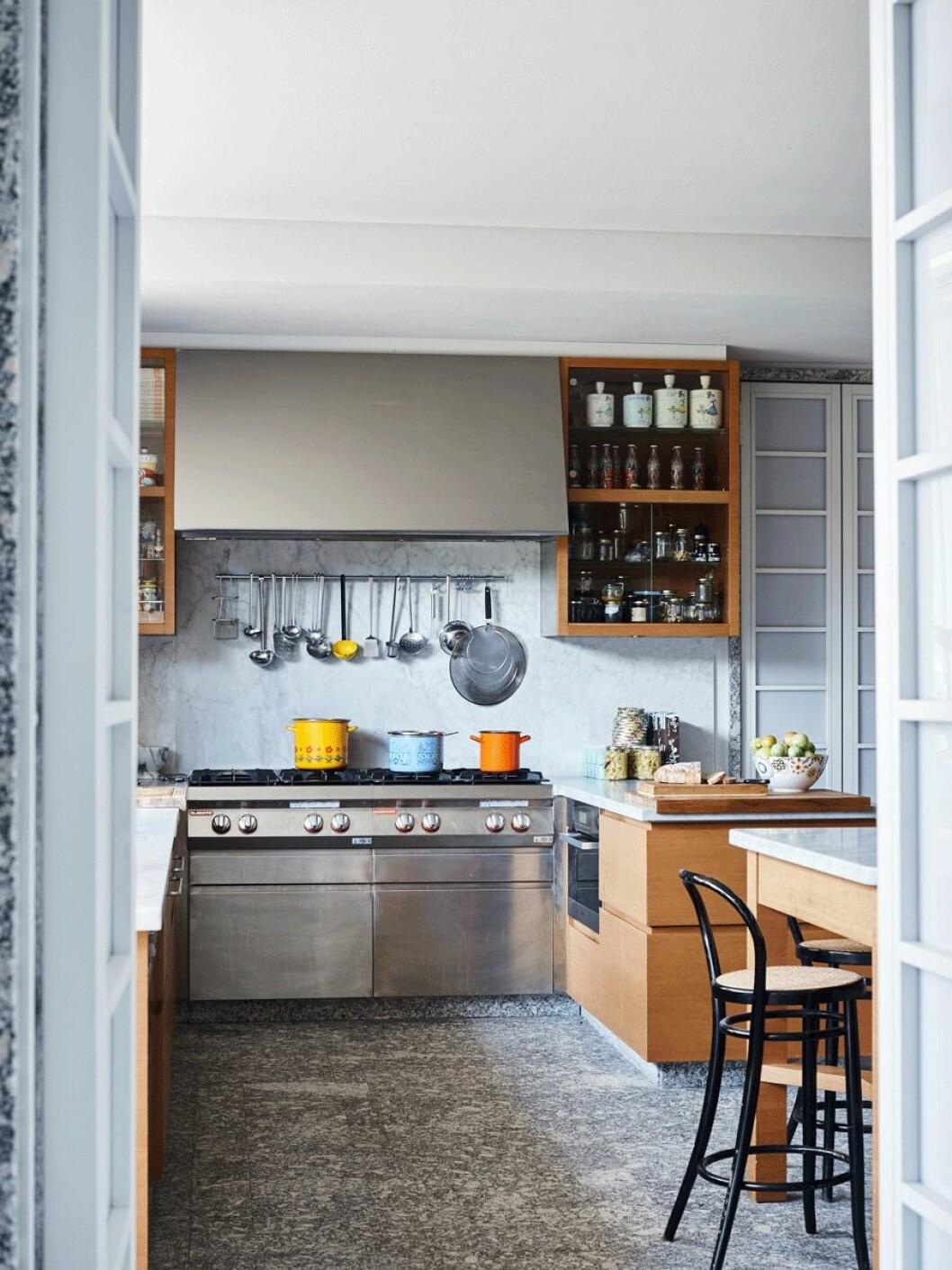 Modernt kök med färgglada kastruller