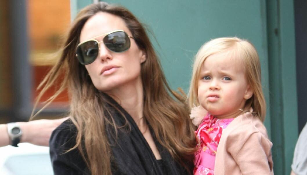 Angelina Jolie och dotter Vivienne ute på tur i London 2011.