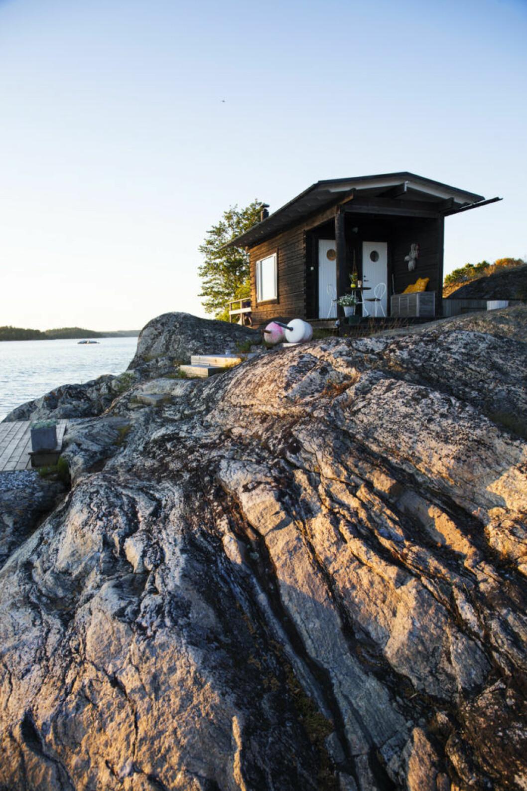 Den lilla gäststugan vid vattnet har Thomas ritat och den byggdes 1998.