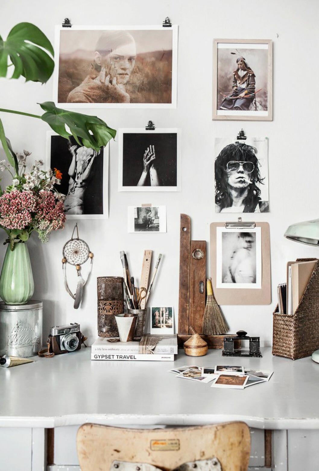 Skrivbord med fotografier