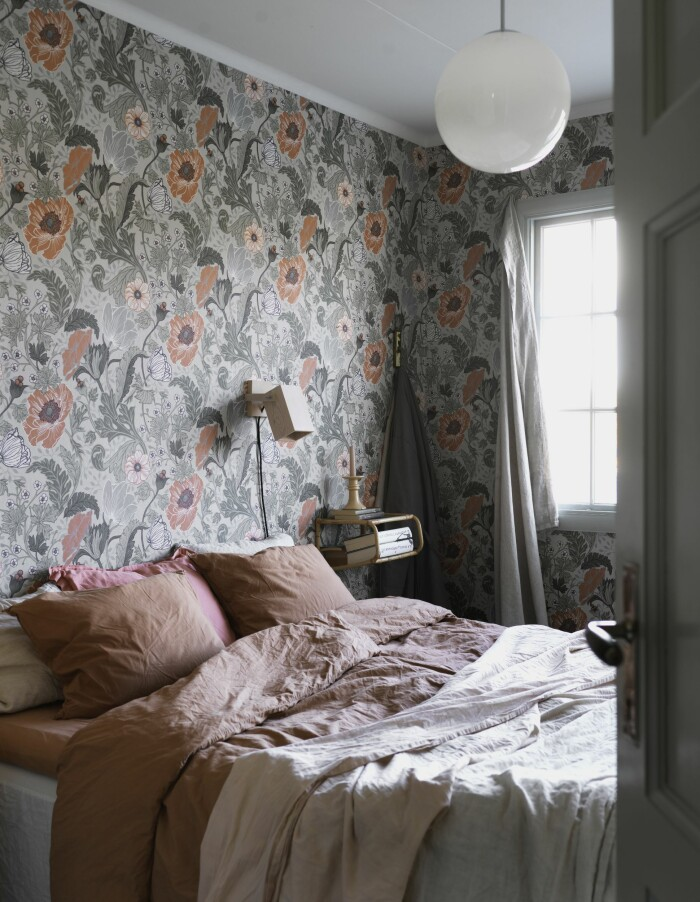 Catarina Skoglunds skärgårdshus på Asperö sovrum blommig tapet