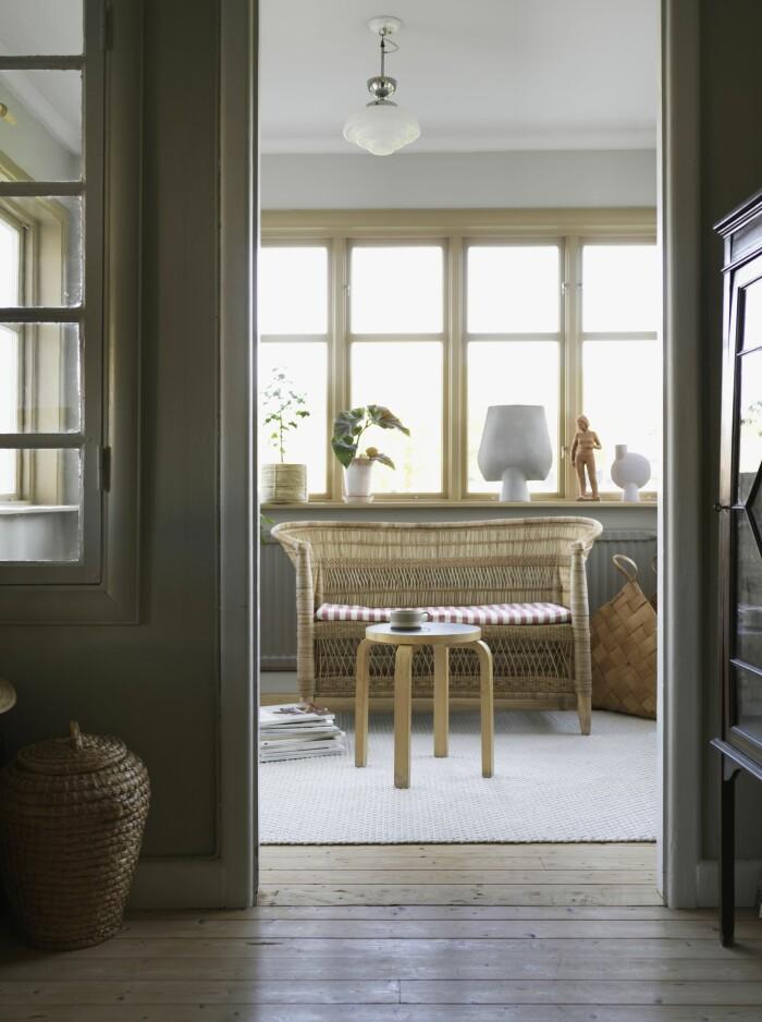 Catarina Skoglunds skärgårdshus på Asperö korgmöbler verandan