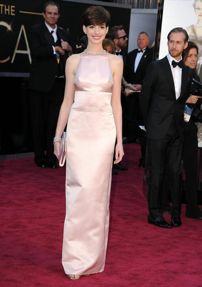 Anne Hathaway i ljusrosa klänning