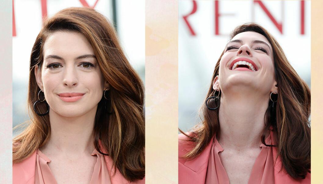 Anne Hathaway skrattar framför poster på nya filmen Serenity.