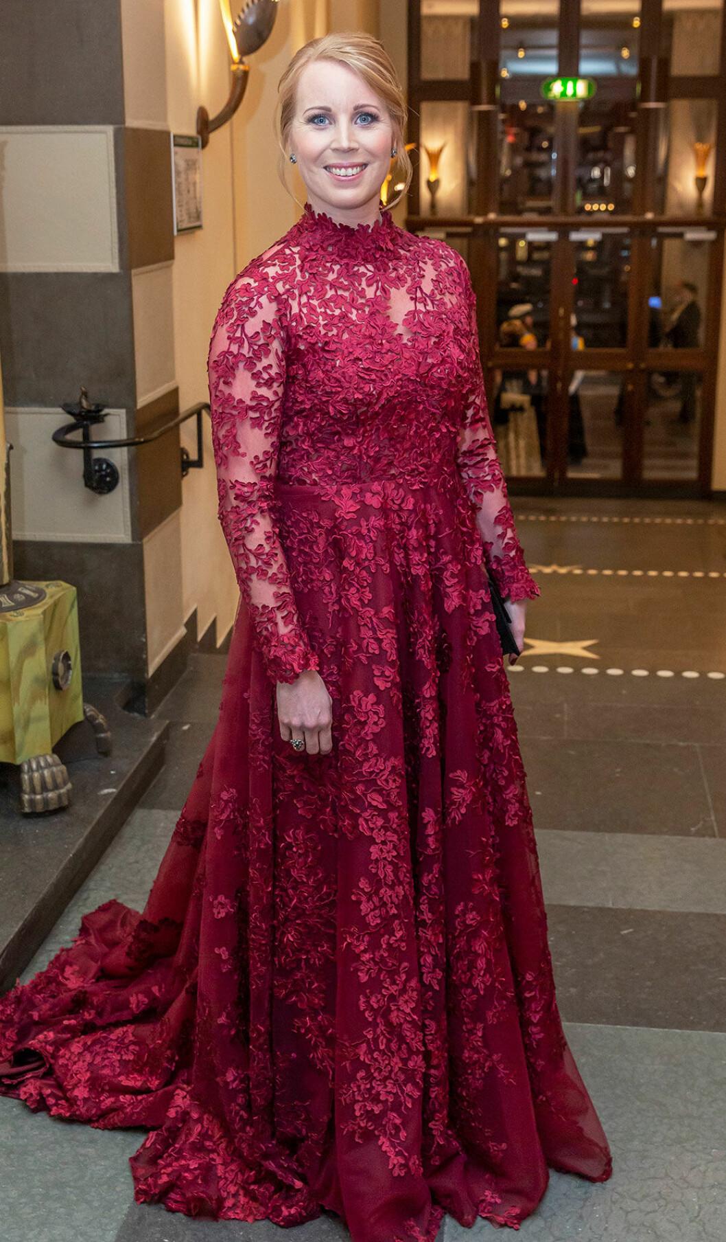 Annie Lööf i röd spetsklänning på Nobelfesten 2018