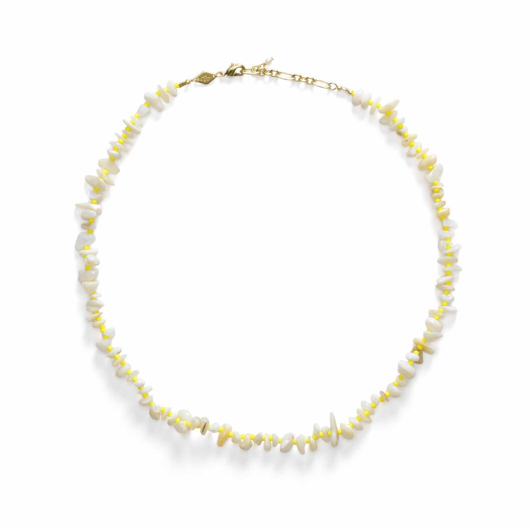 halsband med vita stenar och gula pärlor från danska anni lu.
