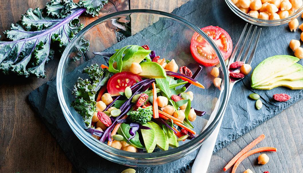 Antiinflammatorisk sallad med avokado, grönkål, tomat, broccoli, kikärtor och gojibär.