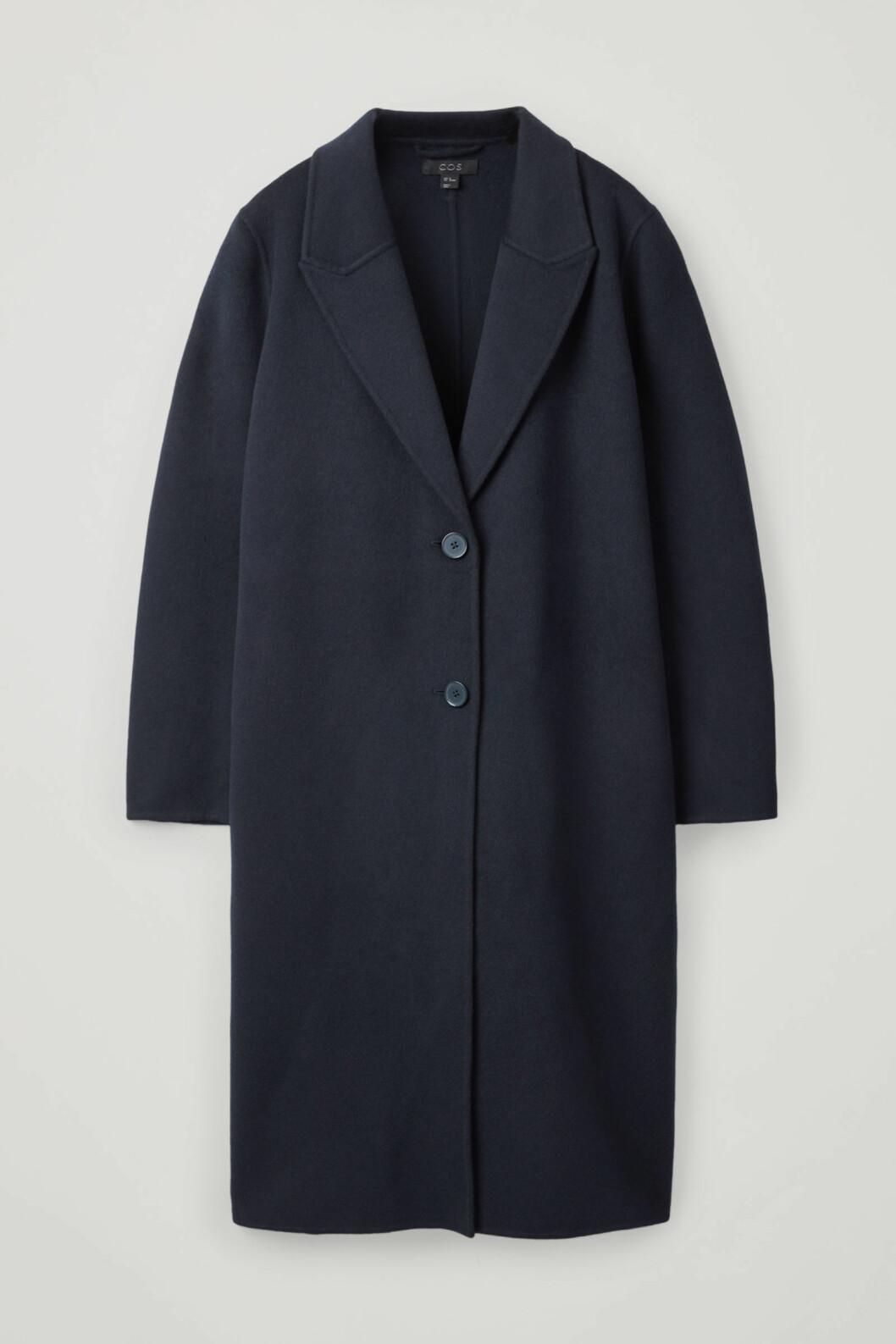 Elegant mörkblå kappa i rak modell från COS.