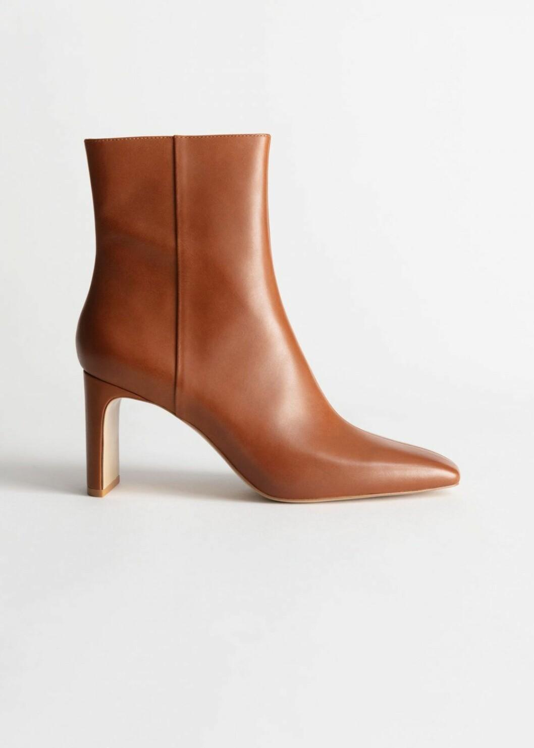 Högre boots i 100 % läder med trendig fyrkantig tå från & Other stories.
