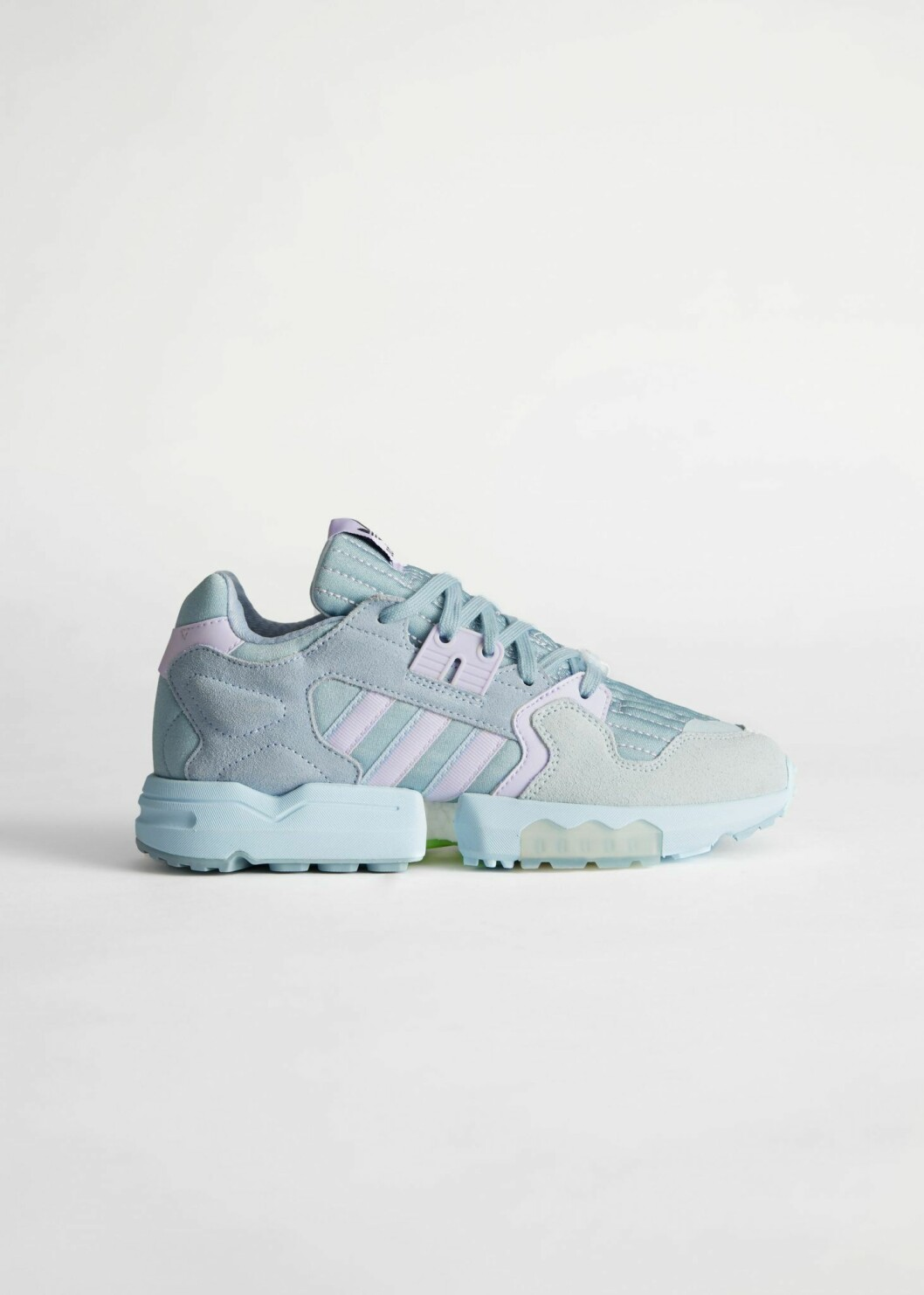Blå sneakers med lavendel-lila detaljer från Adidas.