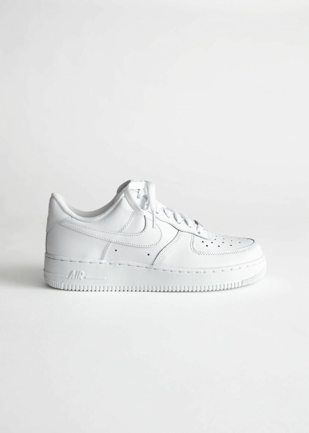 Vita sneakers från Nike.