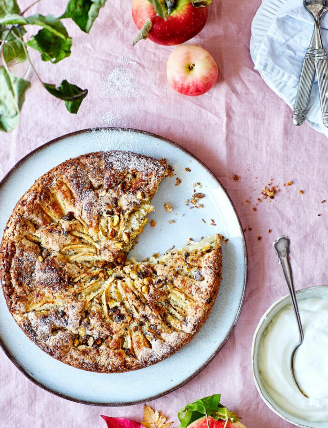 Recept på äppelkaka med kardemumma och mandel