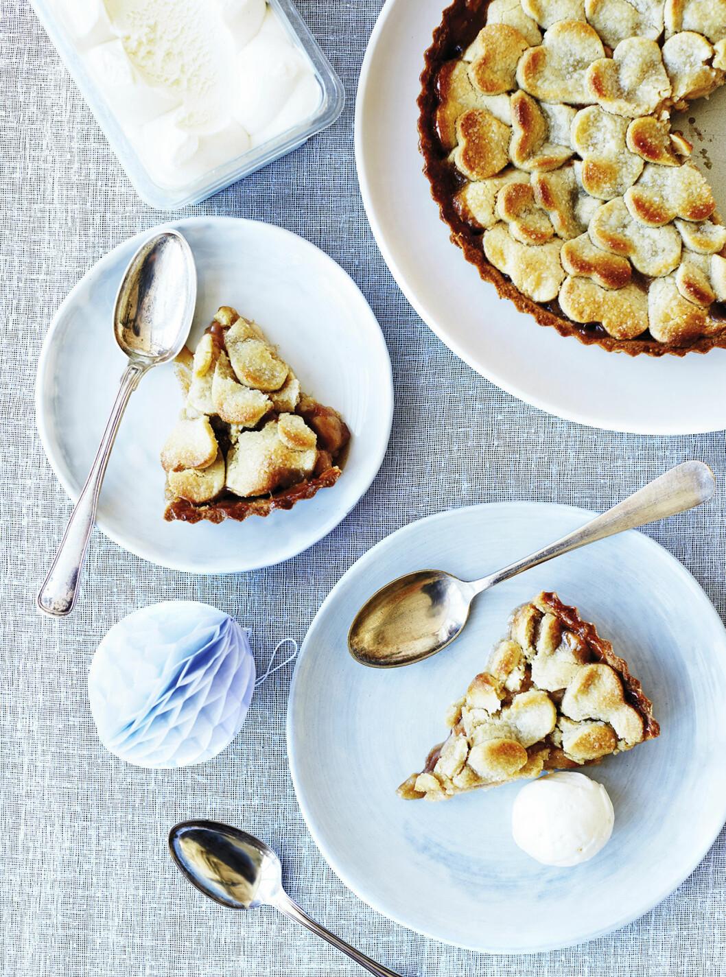 Ljummen mandeläppelkaka med vaniljglass