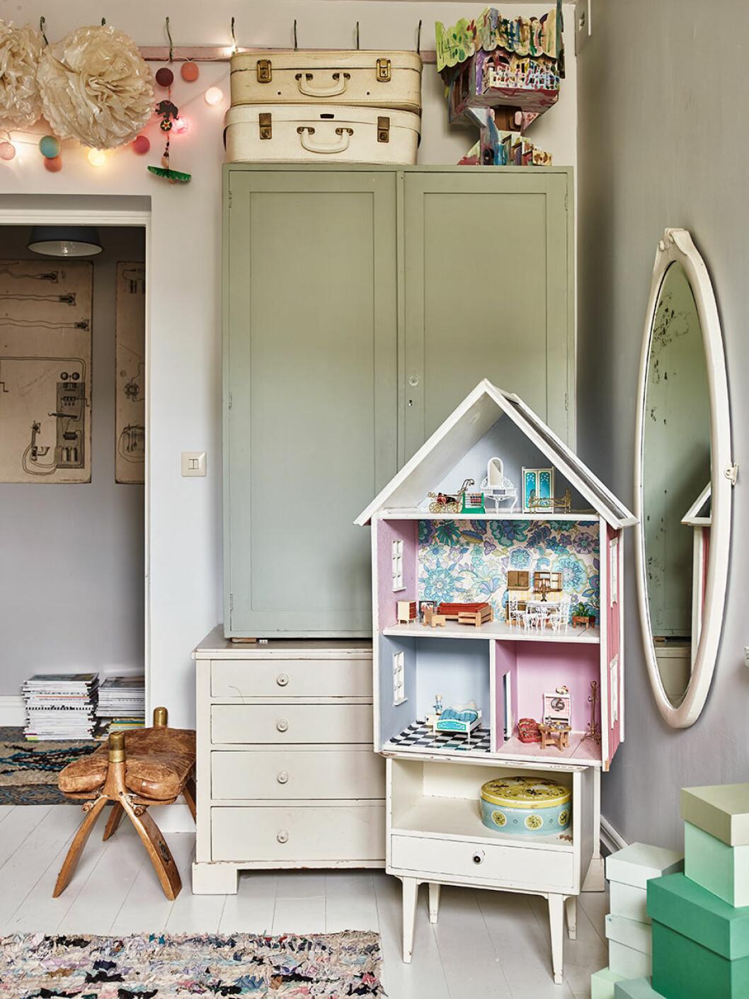 Karolina Vertus gillar att fylla huset med minnesvärda prylar.