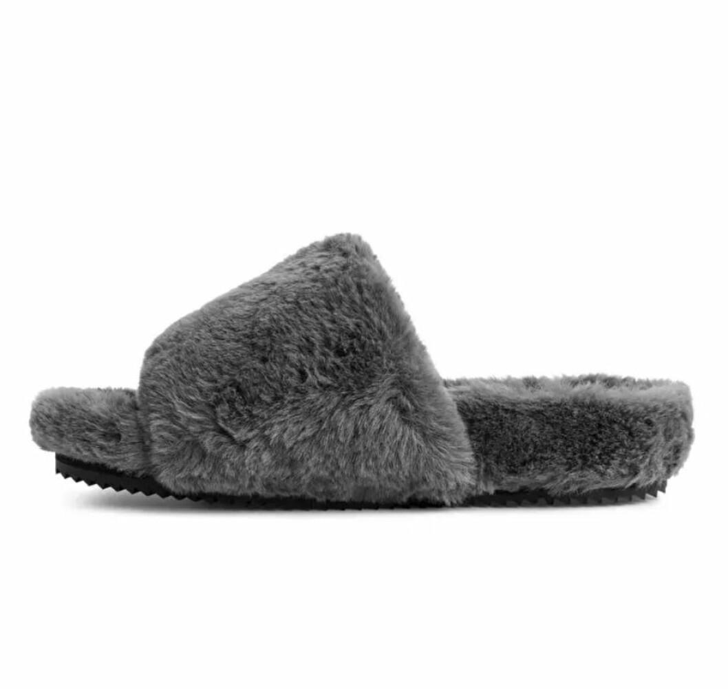 Fluffiga tofflor i grå faux fur från Arket.